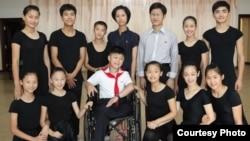 영국 런던에 있는 대북지원 민간단체 '두라 인터네셔널'이 북한의 장애 어린이와 청소년들의 영국 공연을 추진 중이다. 사진은 지난달 평양에서 공연 연습 중 포즈를 취한 북한 학생들.