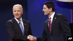 Wapres Joe Biden (kiri) dan Cawapres partai Republik Paul Ryan sebelum debat hari Kamis malam (11/10). Baik partai Demokrat maupun Republik saling mengklaim kemenangan dalam debat Cawapres ini.