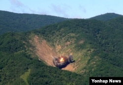 29일 강원도 필승사격장에서 실시된 공격 편대군 실무장 폭격 훈련에서 공군 F-15K 전투기가 투하한 MK-84 폭탄이 지상의 목표물인 가상의 북한 지휘부를 타격하고 있다.
