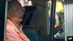 泰國國王與王后2013年8月1日在曼谷離開一間醫院。(資料照片)