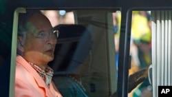 Quốc vương Bhumibol Adulyadej và Hoàng hậu Sirikit rời bệnh viện Siriraj ở Bangkok, Thái Lan, 1/8/13