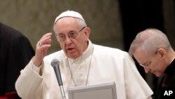 Le pape donne une bénédiction au Vatican, le 8 février 2017.