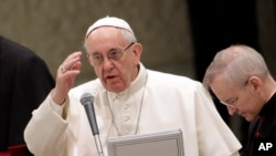 Papa Franja blagosilja vernike za vreme nedeljne audijencije, 8. februara 2017.