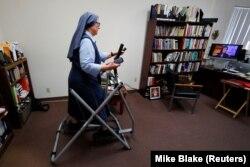 Ilustrasi. Suster Rose Pacatte, seorang biarawati Katolik yang berolahraga di kantornya, 24 Mei 2018 di Culver City, California. (Foto: REUTERS/Mike Blake)