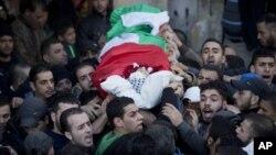 Người đưa tang Palestine mang thi thể của Bilal Zayed, 23 tuổi, người đã bị giết chết trong cuộc đụng độ với quân đội Israel, trong đám tang ở trại tị nạn Qalandia, vùng ngoại ô thành phố Ramallah, ngày 24/12/2015.