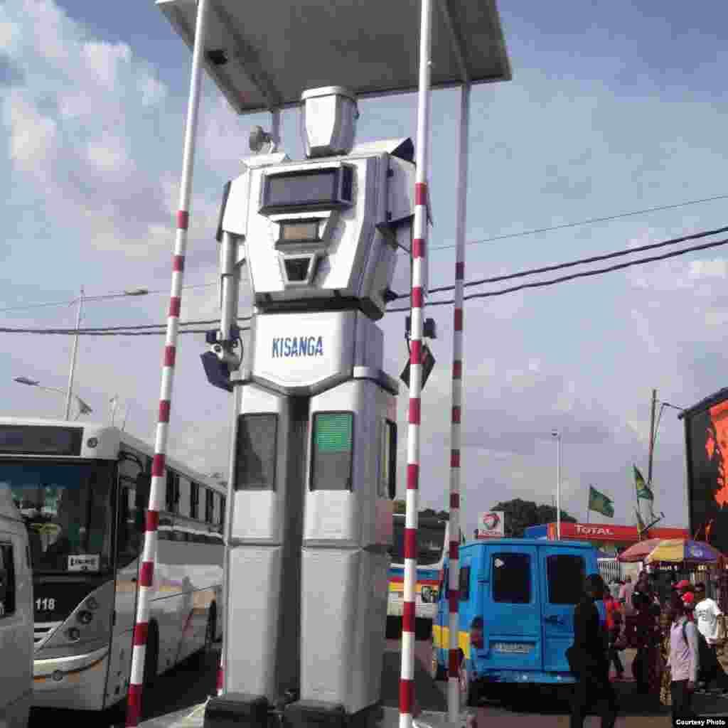 Des robots régulent la circulation routière à Kinshasa