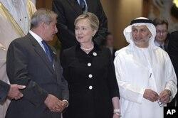 La secrétaire d'Etat Hillary Clinton, le chef de la diplomatie jordanienne, Nasser Judeh (à gauche) et leur homologue des Emirats arabes unis, Anwar Gargash, lors de la réunion du Groupe de contact international sur la Libye à Abu Dhabi
