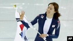 러시아 소치 동계올림픽에 출전한 한국 이상화 선수가 11일 여자 스피드스케이팅 500m 경기에서 금메달이 확정된 후 태극기를 들고 기뻐하고 있다.
