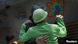 Ảnh tư liệu - Các bệnh nhân mắc bệnh Alzheimer và bệnh suy giảm trí nhớ khiêu vũ cùng nhau.