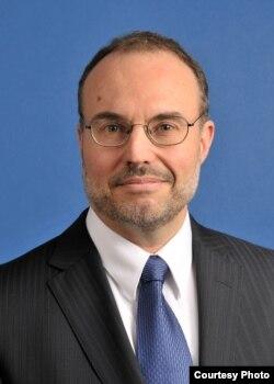 """""""预算和政策优先中心""""官员迈克尔·里奇曼(Michael Leachman)"""