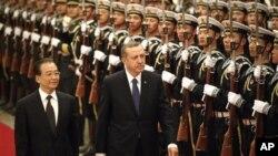 Perdana Menteri Tiongkok Wen Jiabao (kiri) dan PM Turki Recep Tayyip Erdogan dalam sambutan resmi kenegaraan di Beijing (9/4).