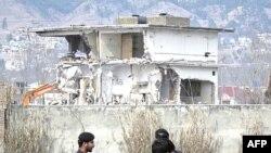 Nhiều xe ủi đất đã phá sập những gì còn lại của ngôi nhà 3 tầng xây bằng xi-măng, nơi mà bin Laden đã sống trong nhiều năm trước khi bị hạ sát