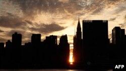 落日金辉下的纽约曼哈顿。美国众创空间公司在纽约一家联邦法院对中国的竞争对手优客工场(英文名称UrWork)提起诉讼,要求优客工场停止计划中在纽约曼哈顿的推介活动。