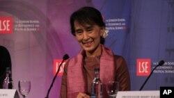 Burmanska opoziciona liderka Aung San Su Ći učestvuje na okruglom stolu u Londonu