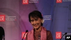 Bà Suu Kyi tham gia cuộc thảo luận bàn tròn tại Trường Khoa học Kinh tế Chính trị London