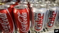 지난 2011년 3월 미국 포틀랜드 주 구멍가게에 코카콜라 음료가 진열되어 있다. (자료사진)