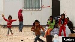 Anak-anak pengungsi Suriah bermain di sebuah kamp pengsungsi di Yordania. Laporan PBB mengatakan para pengungsi Suriah kesulitan dalam mencari suaka di sejumlah negara.