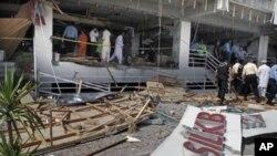 星期一巴基斯坦安全官員檢查發生在伊斯蘭堡的自殺爆炸事件的現場