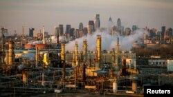 Kilang minyak Philadelphia Energy Solutions terlihat saat matahari terbenam di depan cakrawala Philadelphia di Pennsylvania, 24 Maret 2014, sebagai ilustrasi. (Foto: Reuters)