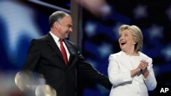 Hillary Clinton ( adwat ) ak kandida pou plas Vis Prezidan pati demokrat la, Senatè Timothy Michael Kaine (D-VA).