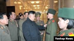김정은 북한 국방위원회 제1위원장(가운데)이 24일 북한 인민군의 각종 사업 현장을 찾아 군 현지지도를 했다고 조선중앙통신이 25일 보도했다.