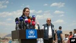 آرشیو - انجلینا جولی، سفیر حسن نیت کمیساریای عالی سازمان ملل متحد برای پناهندگان در حال سخنرانی در اردوگاه پناهندگان سوری در کردستان، عراق. ژوئن ۲۰۱۸