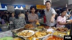 Para pedagang menjajakan berbagai makanan tradisional untuk berbuka puasa di sebuah pasar di Jakarta (foto: dok.)