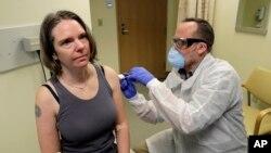 جینیفر هالر یوه رضاکاره وه چې په مټ کې یې د کروناضد واکسین وشړ