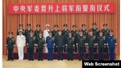Chủ tịch Trung Quốc Tập Cận Bình chụp hình lưu niệm với các sĩ quan quân đội ở Bắc Kinh