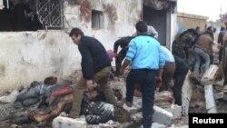 Местные жители осматривают тела у булочной в поисках выживших. Хальфая, Сирия. 23 декабря 2012 года
