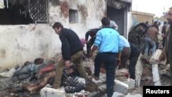 Puluhan tewas karena serangan udara yang menimpa sebuah toko roti di provinsi Hama, Suriah tengah, Minggu (23/12). (Reuters/Samer Al-Hamwi)