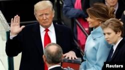 مراسم رسمی ادای سوگند او پس از پیروزی در انتخابات روز ۲۰ ژانویه ۲۰۱۷ (اول بهمن ۱۳۹۵) در مقابل کنگره برگزار شد