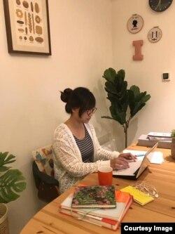 Melissa Vitri menulis buku pada malam hari, setelah anak-anak tidur (foto: dok. pribadi).