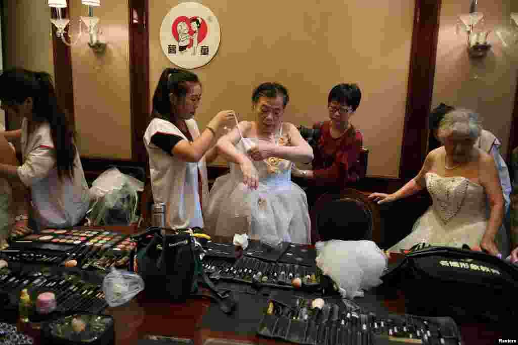 روز عشاق در چین. در این روز زوج هایی که بیش از ۵۰ سال با یکدیگر زندگی می کنند، لباس عروسی می پوشند و با هم عکس یادگاری می گیرند.