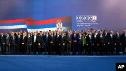 Zajednička forografija ministara spoljnih poslova i diplomata koji učestvuju na Ministarskom savetu OEBS-a