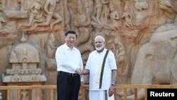 印度總理莫迪(右)與中國國家主席習近平在印度馬馬拉普拉姆的歷史遺址前握手(2019年10月11日)。