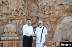 Perdana Menteri India Narendra Modi dan Presiden China Xi Jinping berjabat tangan saat mengunjungi monument Arjuna, 11 Oktober 2019.