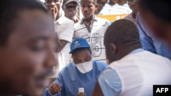 Wauguzi wanaofanya kazi na shirika la Afya Duniani wakitoa chanjo kwa wananchi kuzuia kuenea katika mji wa Mbandaka Mei 21, 2018 wakati wa uzinduzi wa kampeni ya chanjo ya Ebola.