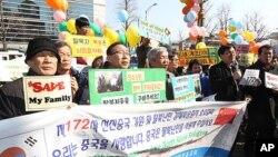 주한 중국대사관 앞에서 탈북자 북송 저지를 촉구 기자회견을 가진 기독교 사회책임과 탈북동포회 회원들.