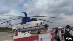 2013年8月莫斯科航展上的米-26直升机。米-26直升机使用乌克兰西奇发动机公司生产的引擎。 ( 美国之音白桦拍摄)