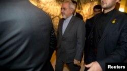 伊朗外交部长扎里夫(中)离开谈判会场