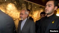 Bộ trưởng Ngoại giao Iran Mohammad Javad Zarif (giữa) nói đàm phán hạt nhân của Tehran với nhóm P5+1, có 'đầy đủ khả năng để thành công'