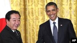 Tổng thống Hoa Kỳ Barack Obama (phải) và Thủ tướng Nhật Yoshihiko Noda bắt tay sau cuộc họp báo chung tại Tòa Bạch Ốc
