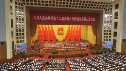 百余名律师和民众两会期间呼吁人大批准《公民权利和政治权利国际公约》,图为2015年人大开幕式。(美国之音东方拍摄)