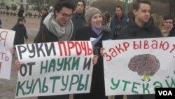 Студенты Европейского университета на митинге в защиту Петербурга