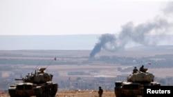 Suriye sınırında Kobani'deki çatışmaları izleyen Türk ordusuna bağlı tanklar
