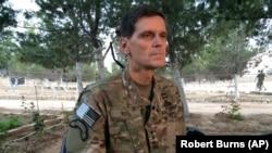 Jenderal Angkatan Darat Joseph Votel berbicara kepada wartawan dalam kunjungan diam-diam ke Suriah (21/5). (AP/Robert Burns)