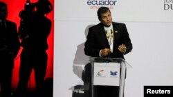 El presidente Rafael Correa habla durante la presentación de su libro en República Dominicana.