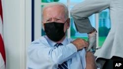 ប្រធានាធិបតីសហរដ្ឋអាមេរិកលោក Joe Biden ទទួលការចាក់ដូសជំរុញនៃវ៉ាក់សាំងកូវីដ១៩ នៅសេតវិមានក្នុងរដ្ឋធានីវ៉ាស៊ីនតោន កាលពីថ្ងៃទី២៨ ខែកញ្ញា ឆ្នាំ២០២១។