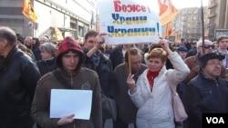 4月13日莫斯科支持言论自由集会上,一名妇女手举标语:上帝保佑乌克兰。(美国之音白桦)